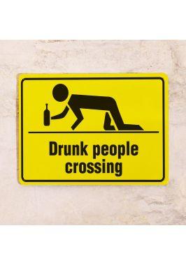 Жестяная табличка Drunk people crossing