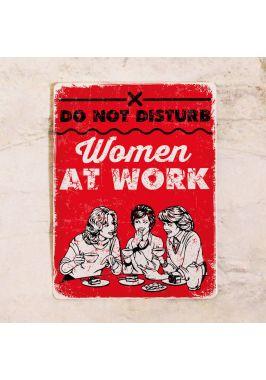 Мотивирующая табличка Женщины работают