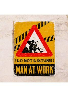 Офисная табличка Мужчина работает